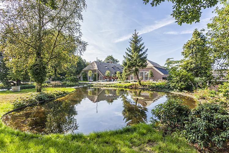 Landelijke tuin aan laten leggen door Vos Tuinvisie