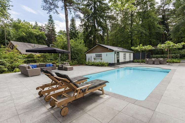 Tuin met zwembad aan laten leggen in Epe door Vos Tuinvisie