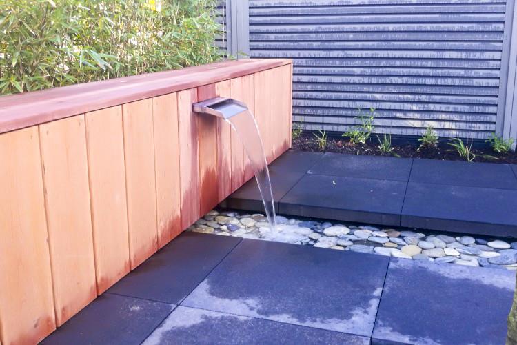 Welp Hardhouten zitbank met rvs waterval en watergoot in Apeldoorn GC-26